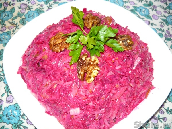 Салат из свеклы с грецким орехом и курицей
